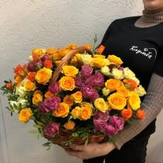 35 кустовых роз в корзине